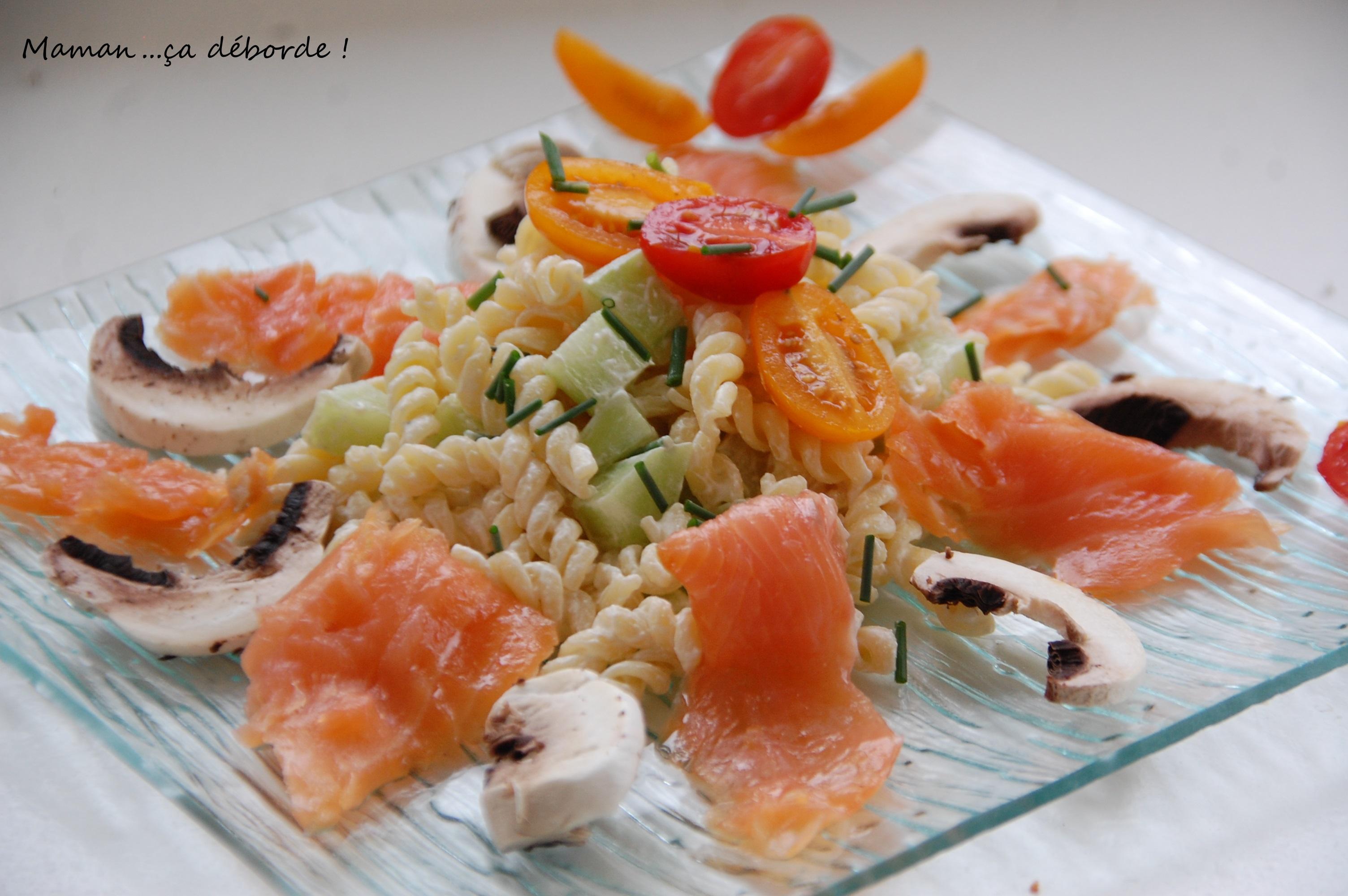 Salade de p tes au saumon fum maman a d borde - Decoration de salade sur assiette ...
