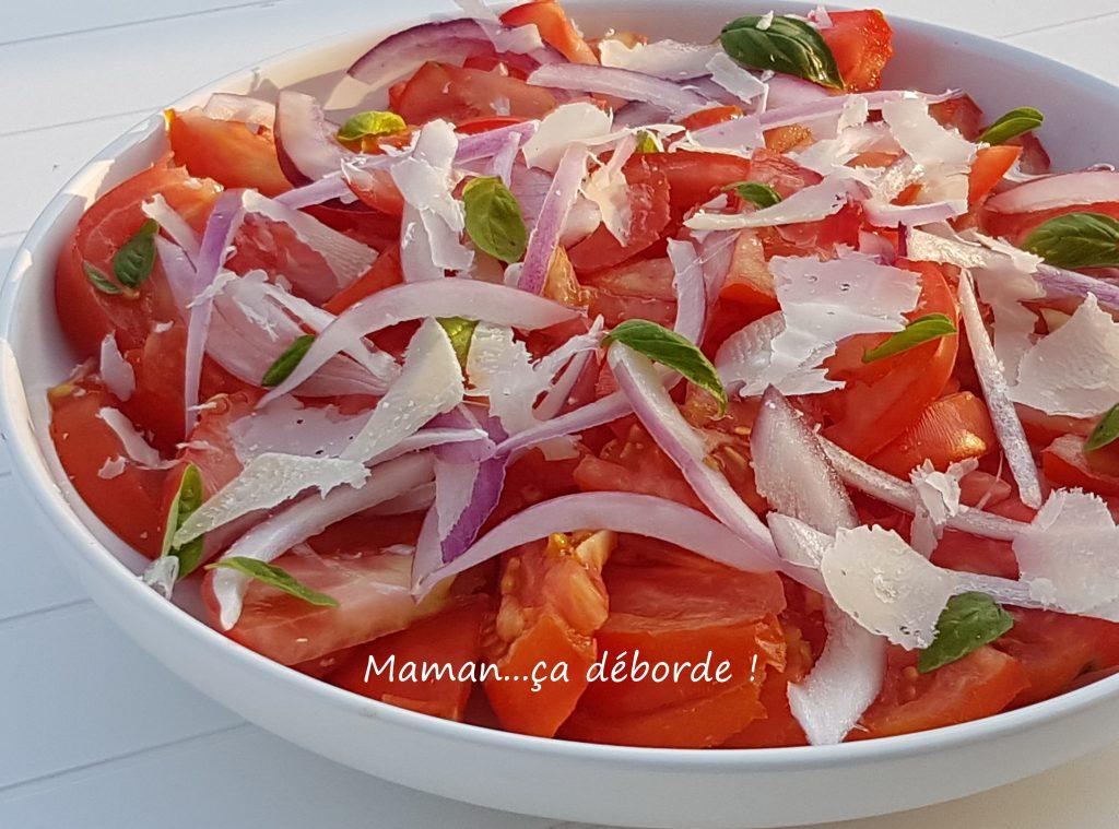 Salade de tomates, oignons rouges, basilic et parmesan